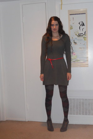 navy argyle tights - charcoal gray dress - gray heels - red belt
