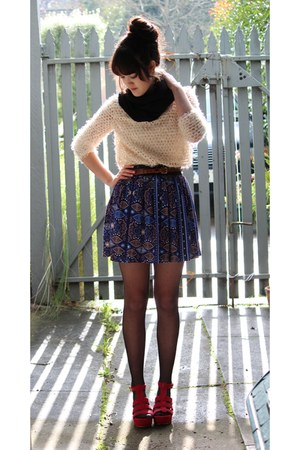 deep purple skirt - eggshell top - brown belt - red wedges