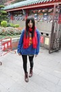 Red-scarf-blue-t-shirt-black-dr-martens-leggings-red-boots