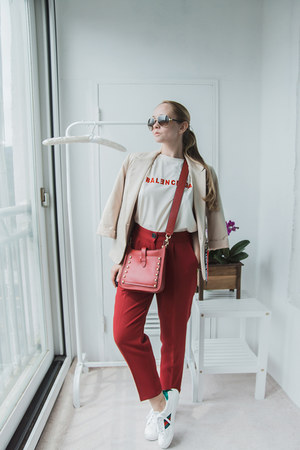 white Styled Moscow t-shirt - ruby red Rebecca Minkoff bag
