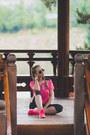 Black-ray-ban-sunglasses-hot-pink-nike-sneakers