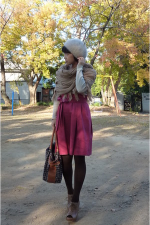 camel scarf - light brown shoes - brown kate spade purse - off white Gap top