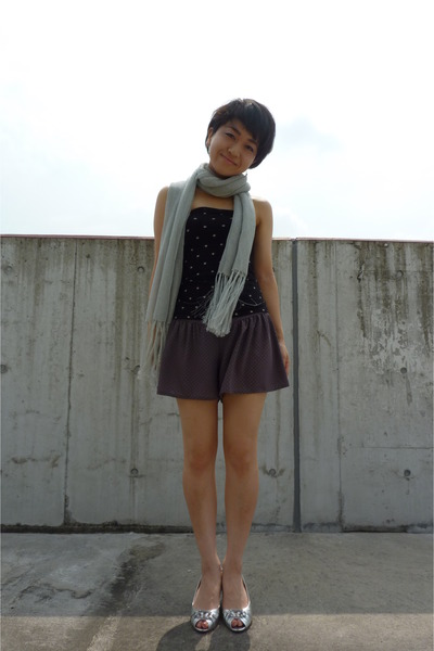 black Uniqlo top - gray Topshop - silver scarf - silver Nine West shoes