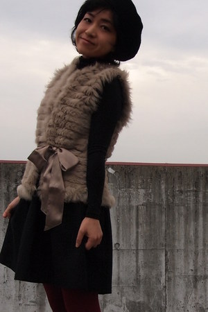 tan fur tomorrwland vest - black beret hat - crimson tights
