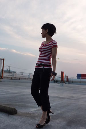 red abercrombie and fitch t-shirt - Tommy Hilfiger belt - black pants - black sh