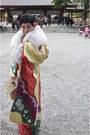 Light-yellow-kimono-dress-white-fur-scarf-hair-accessories