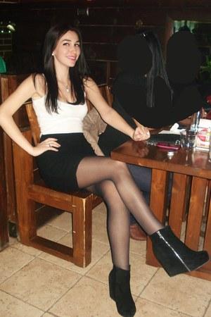 black leather Sweden boots - black lace Bershka skirt