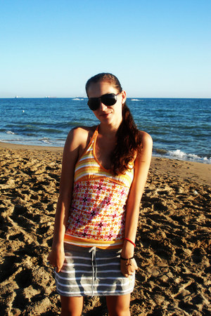 red coral Antalya shop bracelet - black polarized Haga sunglasses