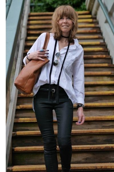 white shirt madewell shirt - madewell bag - stark moto Hudson pants