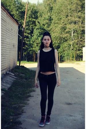black jeans - black t-shirt - hot pink Vans sneakers