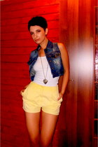yellow high waisted SH shorts - white stretch Stradivarius top