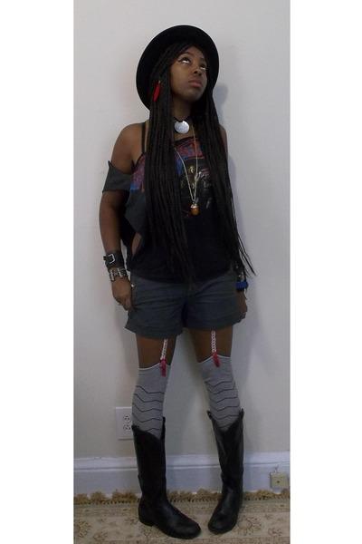 black t-shirt - black Steve Madden boots - black Forever 21 hat
