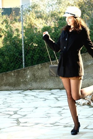 Primark coat - no name hat - leatherbag vintage bag - wildleather Bershka shorts