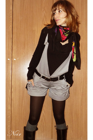 Mango sweater - Pepe Jeans shorts - HyM scarf - Zara shoes - Calcedonia socks -