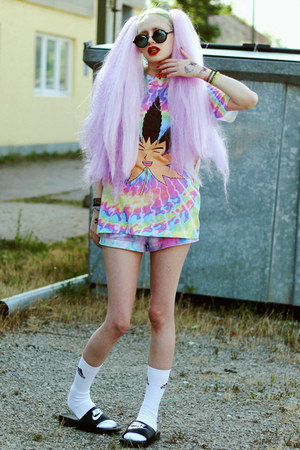sky blue inuinu t-shirt - black nike shoes - periwinkle tie dye DIY shorts