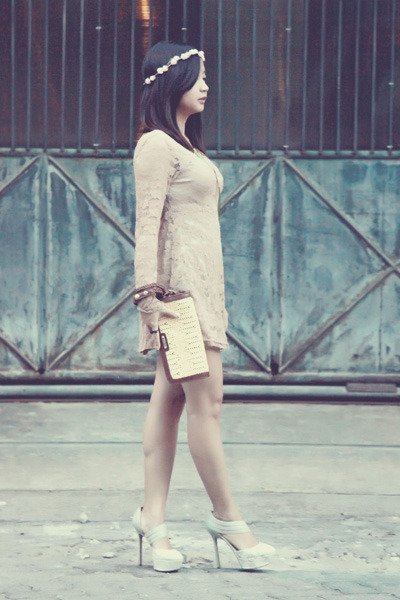 beige lace dress - tan clutch Pedro bag - neutral flower hair accessory