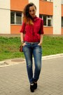 Blue-jeans-crimson-shirt-black-new-look-wedges