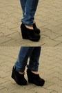 Blue-jeans-crimson-shirt-black-new-look-wedges