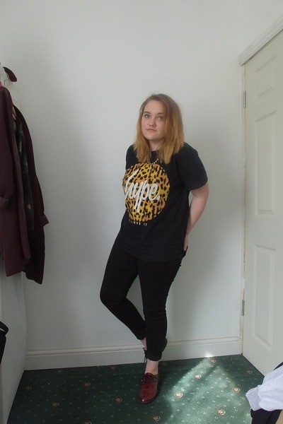 black next jeans - black Hype shirt - crimson H&M flats - gold Claires necklace