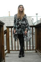 blue THRIFTEDnet top - black H&M pants - black sam edelman shoes - green necklac