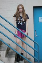 navy ca va t-shirt shirt - black boots - hot pink tartan skirt skirt
