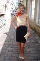 eggshell envelope style vintage bag - eggshell Rylko heels - black thrifted skir