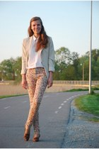 beige floral AX Paris jeans - tawny vintage shoes - beige thrifted blazer