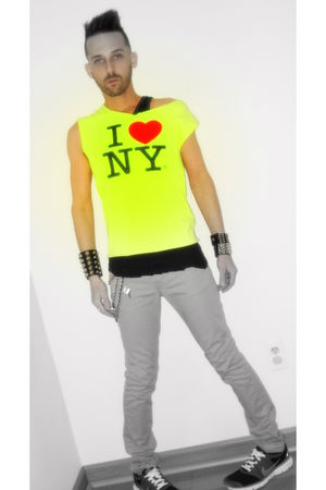 yellow I love NY t-shirt - black Adrian Bartol top - gray Levis jeans - black ni