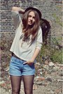 Brown-hat-light-blue-jean-shorts-beige-leaf-blouse