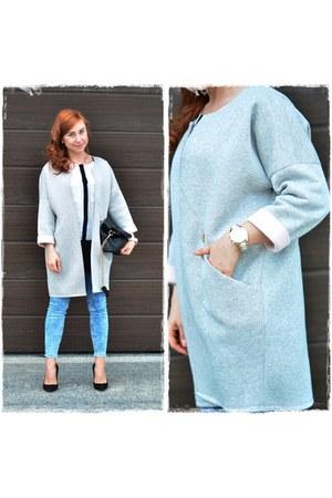 white Mohito shirt - sky blue Bershka jeans - black Parfois bag