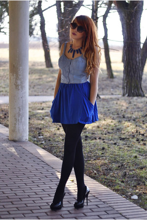 blue skirt - blue necklace - black heels