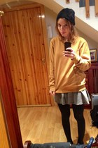 black furry H&M hat - gold comfy pull&bear sweatshirt