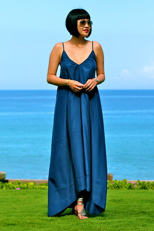 blue maxi ONE by Pink Stitch dress - aviator ray-ban sunglasses