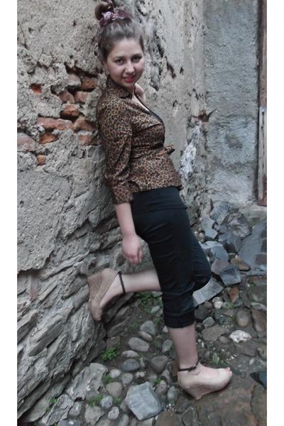 dark brown animal print shirt - dark gray pants - tan sandals
