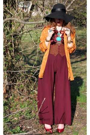 black floppy Jessica Simpson hat - maroon corset jumpsuit some velvet vintage bo