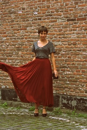 brick red pleated Motel skirt - black beaded Ilovevintage purse
