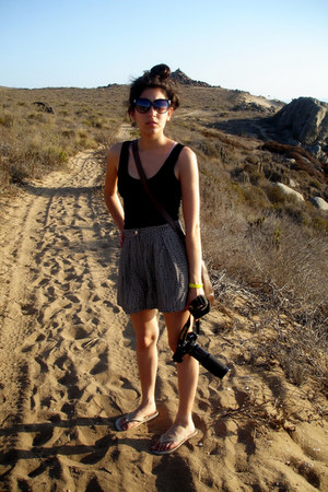 brown gift bag - black with dots Topshop shorts - white Havaianas flats - black