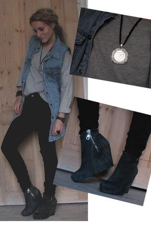 gray Rtzou boots - blue SilenceNoise vest