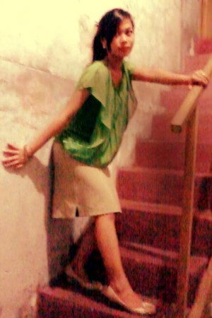 camel skirt - beige Mario de Boro pumps - chartreuse blouse