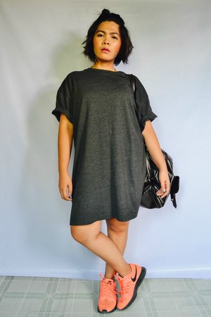 gray shirt dress t-shirt - dark brown leather bag