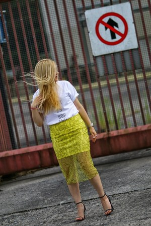 yellow lace Zara skirt - white graphic tee Hicustomnet t-shirt