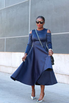 Blue dress - Silver metallic shoes - black bag