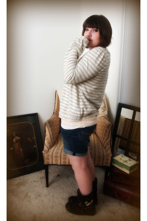 beige t-shirt - blue cardigan - blue shorts - brown boots