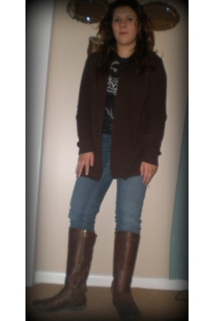sweater - t-shirt - jeans - boots