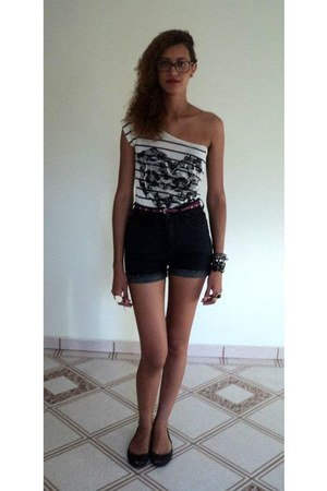 white stripes Marisa top - dark gray high waisted Riachuelo shorts