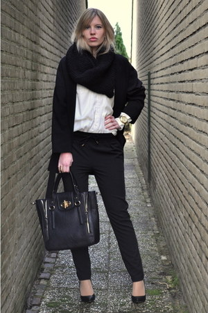 gold H&amp;M ring - black oversized big Zara coat - black melie bianco bag