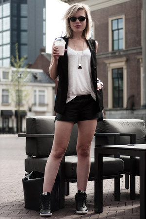 black H&M blazer - black vintage shorts - black ray-ban sunglasses