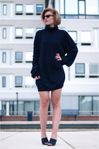 navy maison martin margiela sweater - black ray-ban sunglasses - navy H&M heels