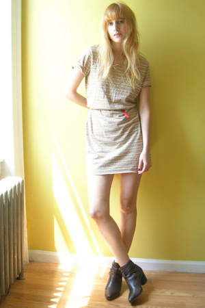 Vintage via Buffalo Exchange dress - thrifted belt - Dingo via Buffalo Exchange