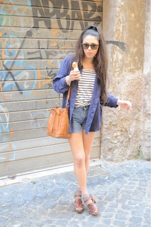 blue vintage shirt - leather vintage bag - vintage Levis shorts - tortoise vinta